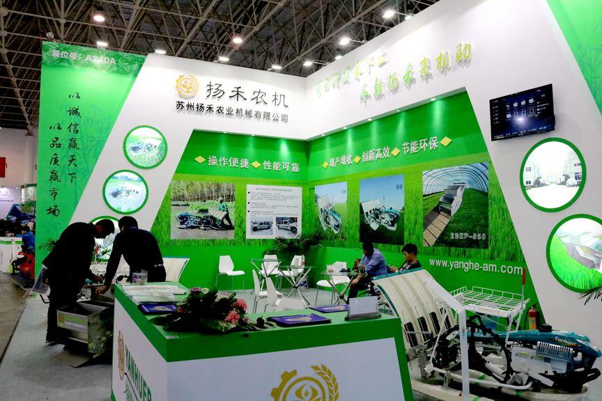 扬禾展出六行增产型插秧机等系列产品
